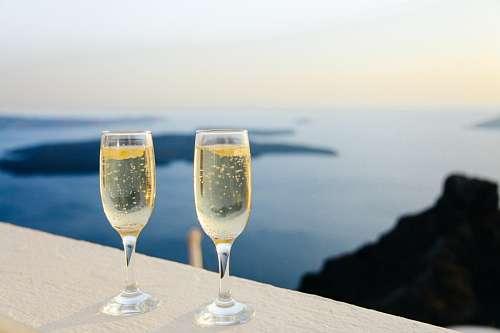 Copas de champagne frente al mar