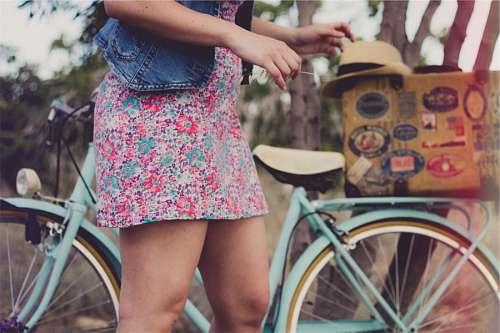 Una Mujer con Bicicleta Vintage