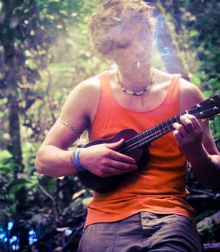 imágenes gratis Hombre tocando una guitarra