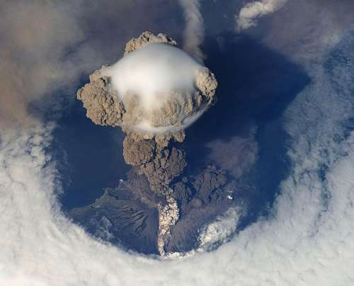 Erupcion volcanica vista de arriba
