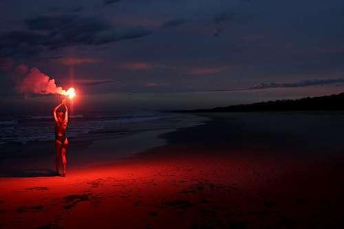 imágenes gratis Mujer con una bengala en la playa