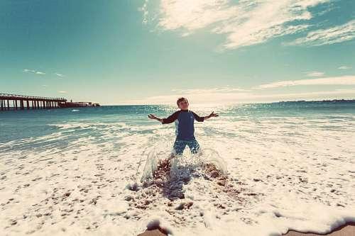 imágenes gratis Niño jugando en la playa