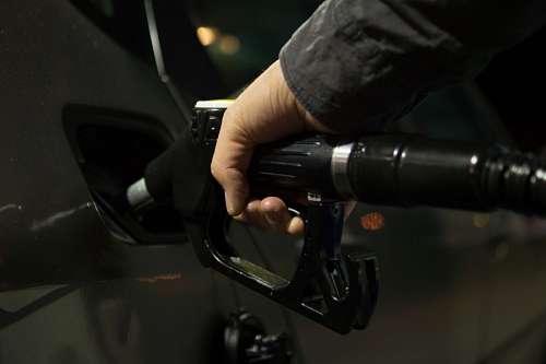 Hombre cargando combustible