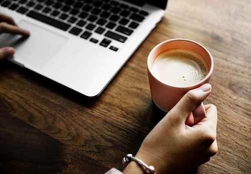 Una persona tomando cafe en su escritorio