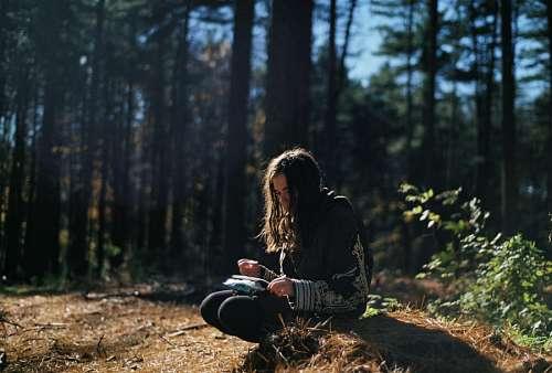 Mujer Leyendo en el bosque