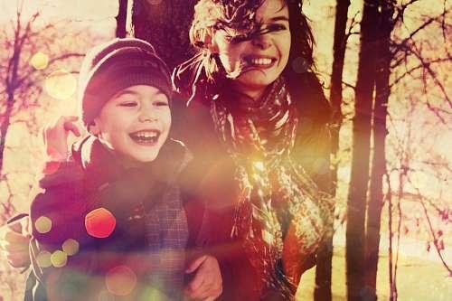 Niño sonriendo junto a su madre
