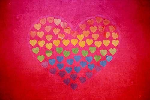 Dibujo de corazon creado con pequeños corazones multicolor