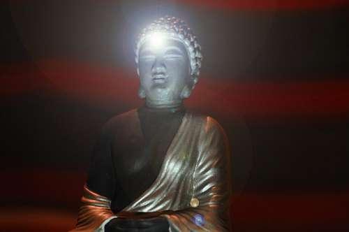 Estatua de Buda con destellos de luz
