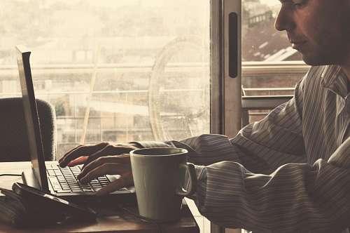 imágenes gratis Hombre trabajando desde la casa