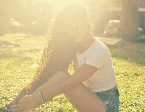Mujer posando con sol de fondo