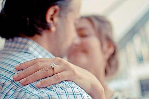 Primer plano de anillo de compromiso