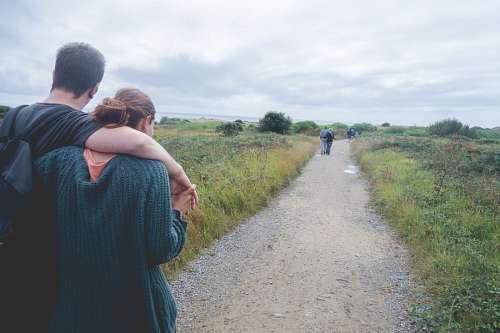 Caminata romántica por el campo