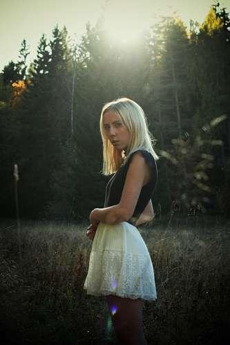 Mujer en el bosque al atardecer