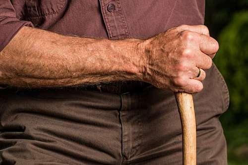 Anciano con baston