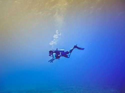 Una persona buceando en mar azul