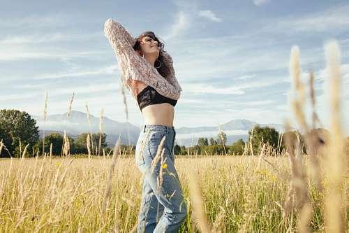 imágenes gratis Mujer tomando aire