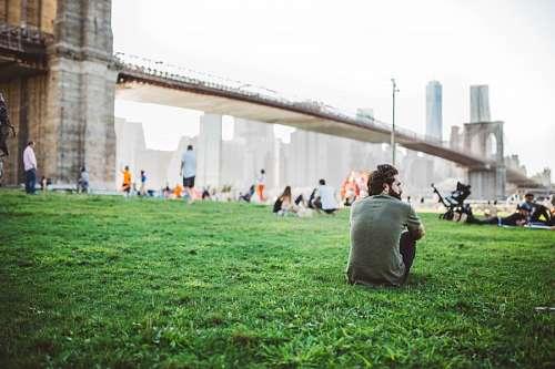 imágenes gratis Hombre sentado en el parque