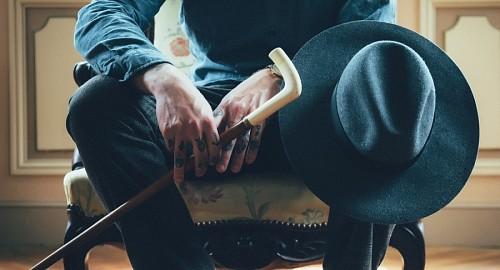 Hombre elegante de manos tatuadas