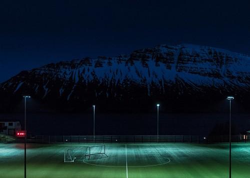 estadio de futbol con montañas de fondo