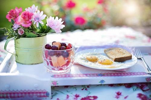 imágenes gratis Tostadas con huevo y ensalada de frutas