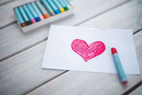 Corazón dibujado con crayones