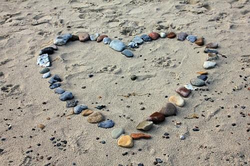 Imagenes en hd de amor Corazón formado con piedras sobre la arena