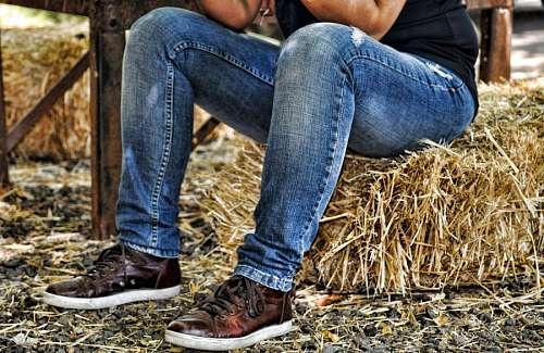 imágenes gratis Persona sentada sobre fardo de pasto seco