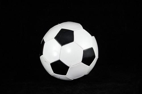 Pelota de fútbol con fondo negro