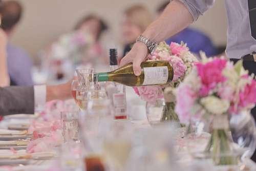 Hombre sirviendo una botella de Vino en una fiesta