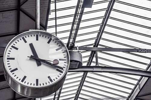 reloj en estructura de metal