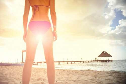 imágenes gratis Mujer en la playa al atardecer