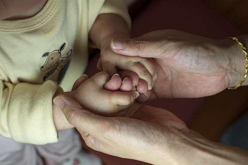 imágenes gratis Abuela tomando pequeñas manos de su nieto