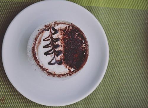 Cappuccino Espresso cafe en la placa de cerámica blanca