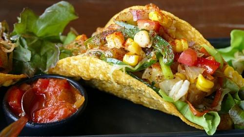 Taco mexicano con salsa de tomates