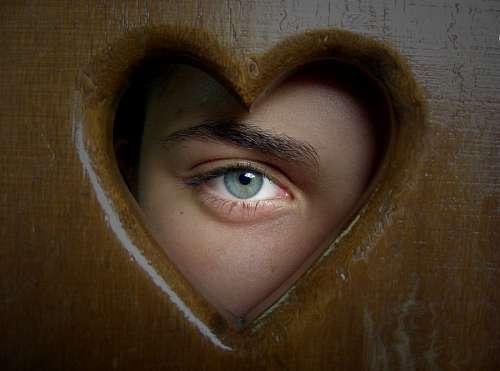 Mirada penetrante en hueco con forma de corazon
