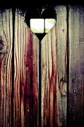 Abertura de madera con forma de corazon