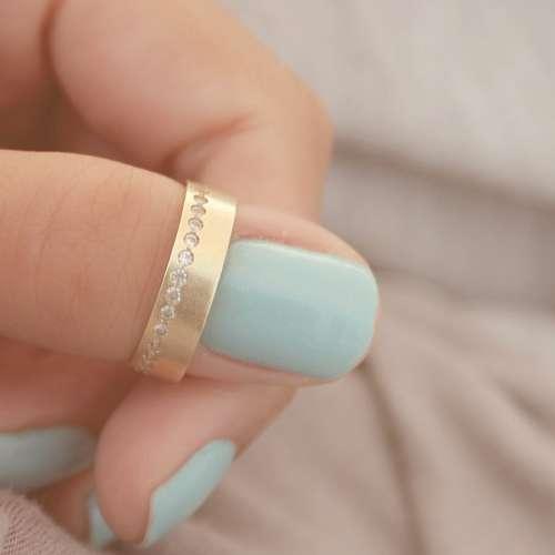 imágenes gratis Mujer colocandose su anillo de compromiso