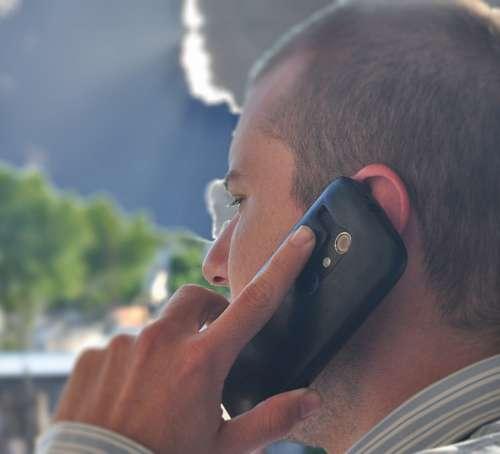 Hombre hablando por Telefono Movil