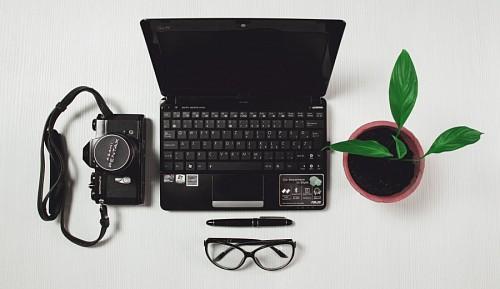 Notebook y camara Pentax vista desde arriba