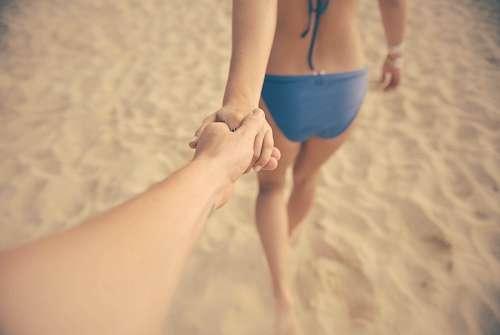 imágenes gratis Tomándose de las manos en la arena