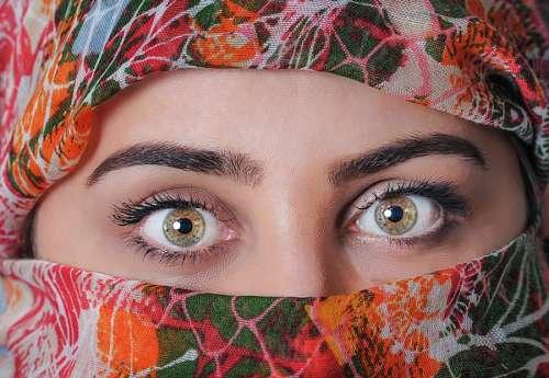 Mirada de mujer, ojos avellana