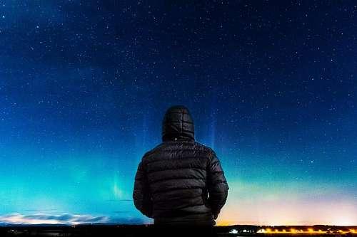Hombre mirando las estrellas