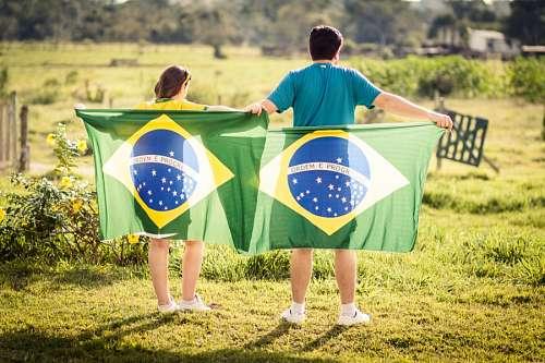 Familia con bandera de Brasil