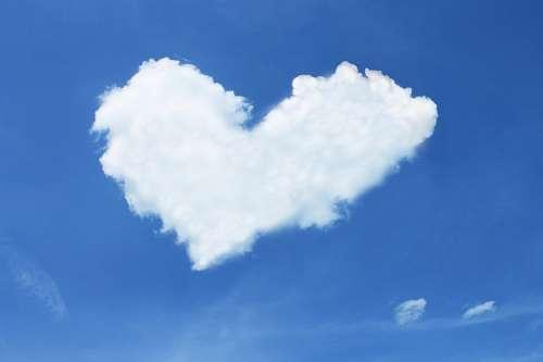 Nube formando símbolo de amor