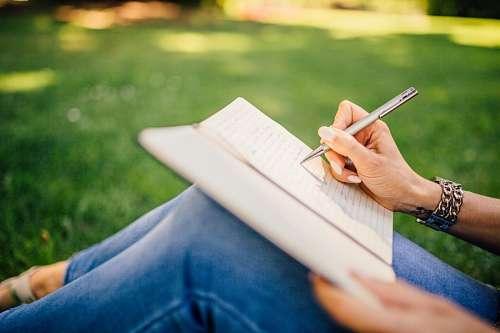 Mujer escribiendo al aire libre