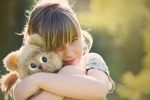 imágenes gratis Niña abrazando peluche