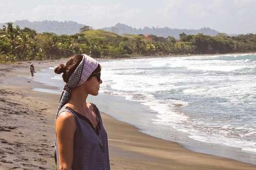 imágenes gratis Mujer mirando la playa