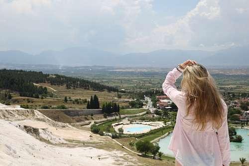 Mujer Mirando el Horizonte