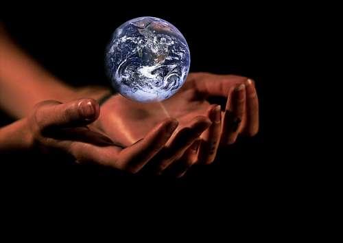 Manos de mujer sosteniendo el planeta