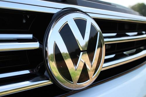 Primer plano de logo auto Volkswagen para fondo de pantalla